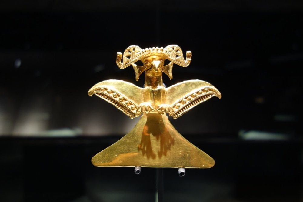 A golden statue with a dominant beak and wings displayed at the Museo del Oro Precolombino in San José, Costa Rica.